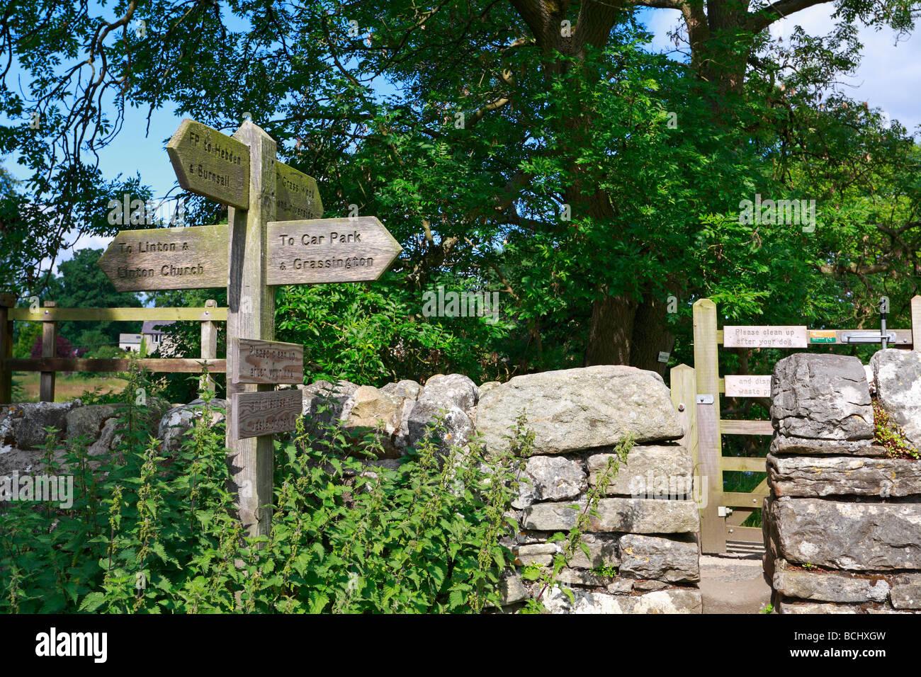 Finger-Holzpfosten Linton Grassington Yorkshire Dales National Park North Yorkshire England UK Stockbild