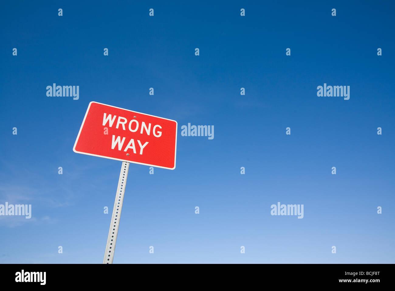 Rot weiß WRONG WAY Autobahn Warnschild gegen blauen Himmel Stockbild