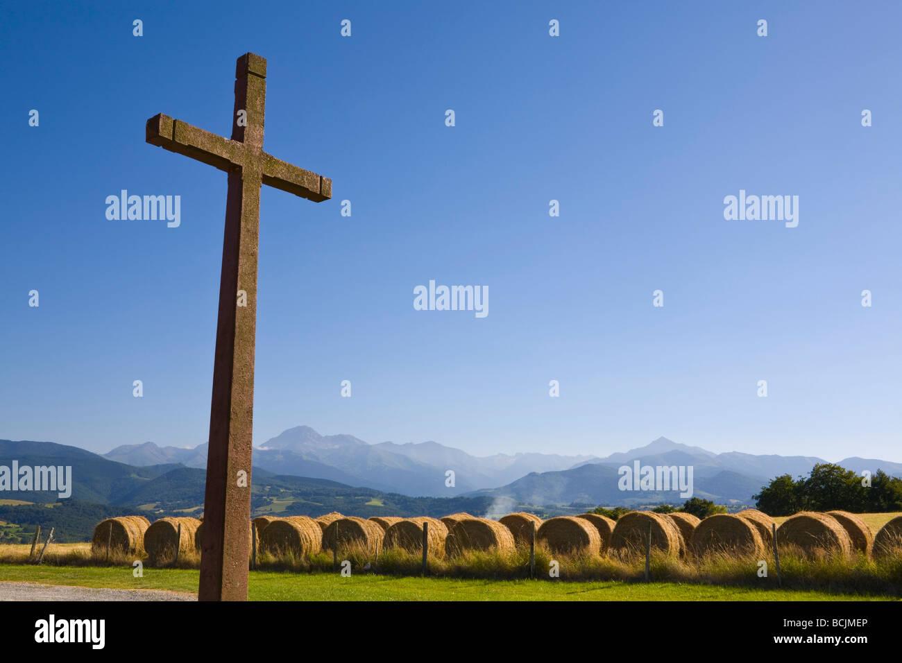 Kruzifix & Heuballen, Kapelle Cieutat, Hautes-Pyrénées, Frankreich Stockfoto
