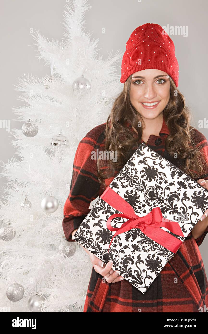Junge Frau hält ein Weihnachtsgeschenk Stockfoto, Bild: 25001758 - Alamy