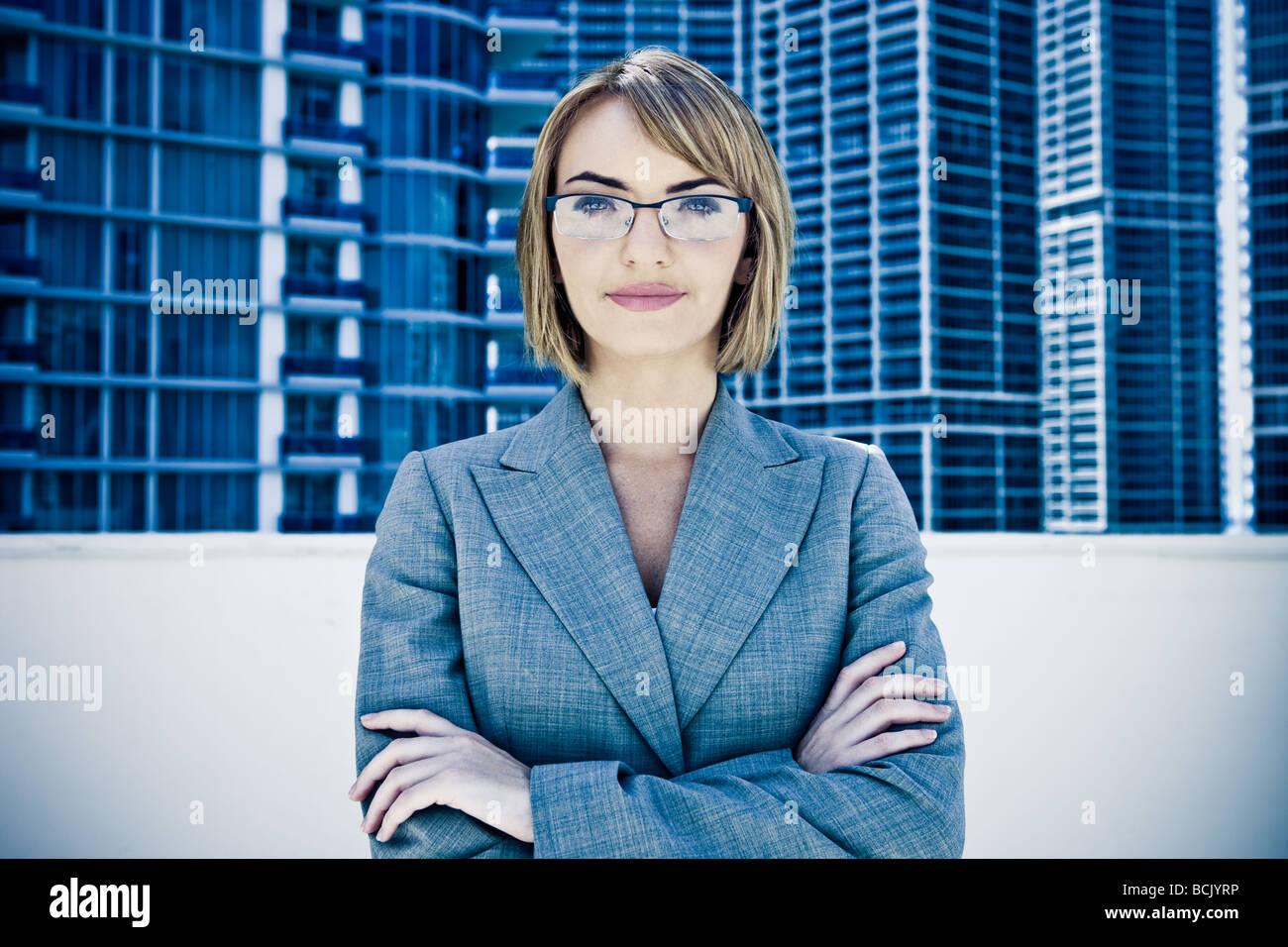 Junge hübsche Geschäftsfrau starrte in Kamera Stockbild
