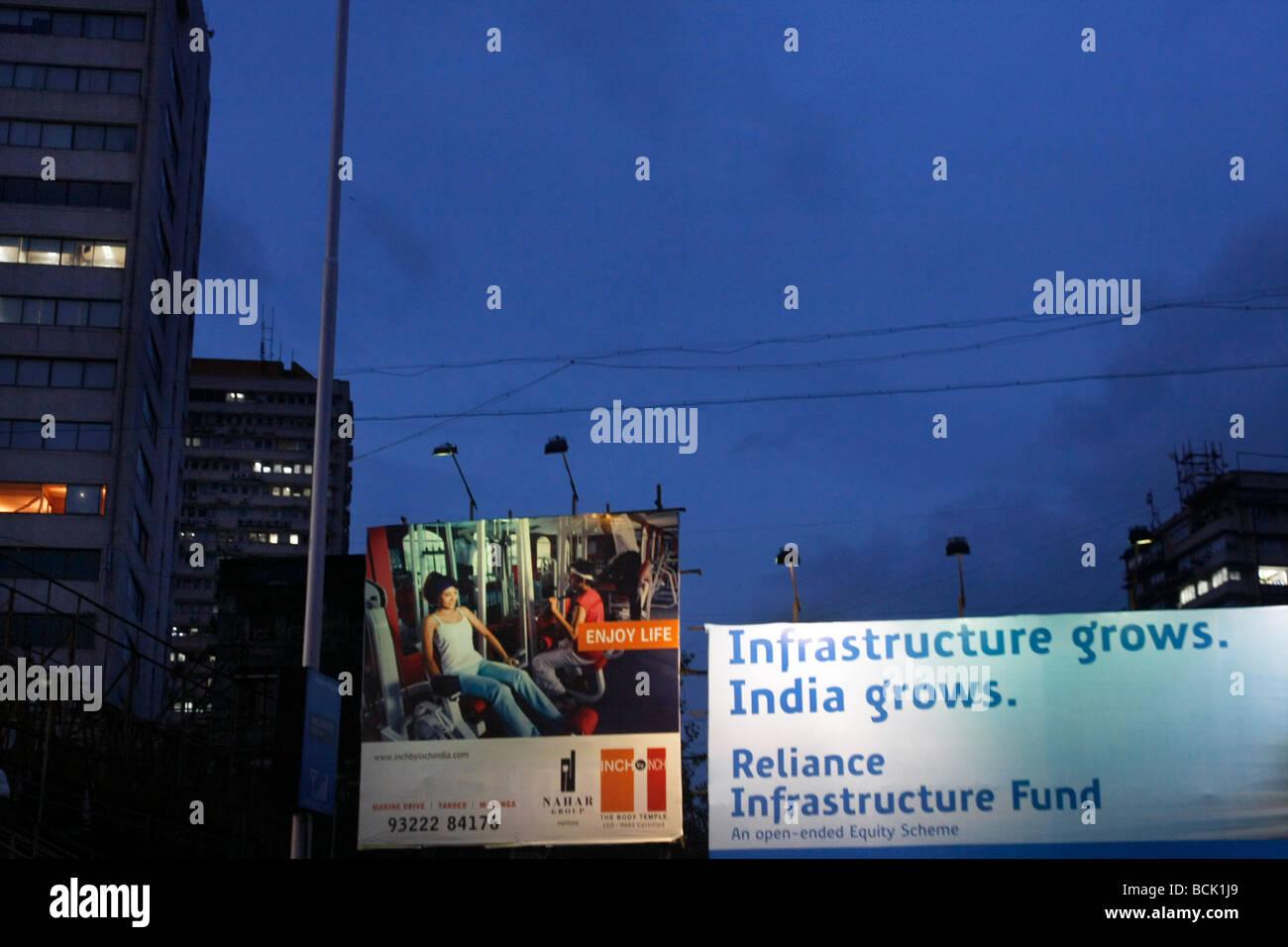Große Platten werben für Immobilien und Infrastruktur entlang der Marine Drive in Mumbai (Bombay), Indien Stockbild
