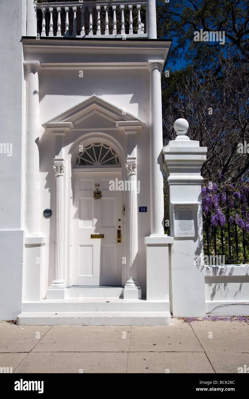 vor dem eingang ein denkmal mansion villen historische. Black Bedroom Furniture Sets. Home Design Ideas
