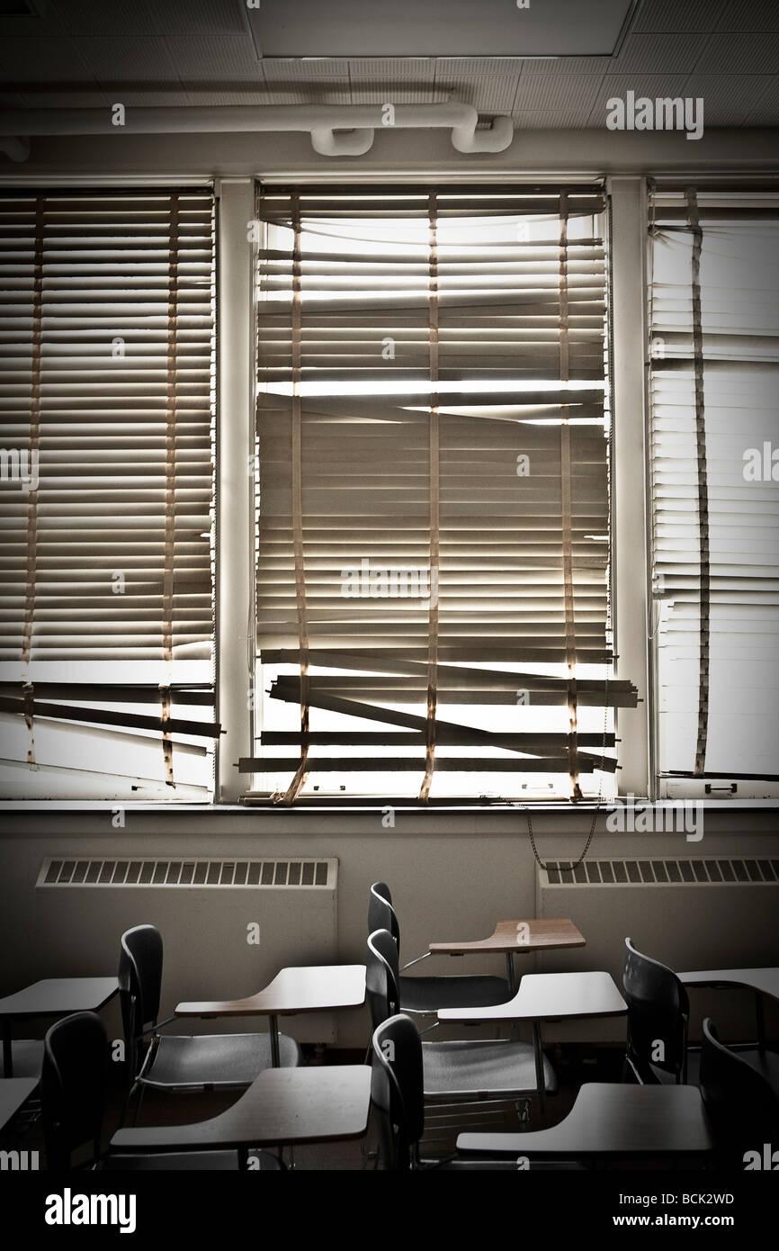 Alten Klassenraum mit zerbrochenen Fenster Jalousien Stockbild