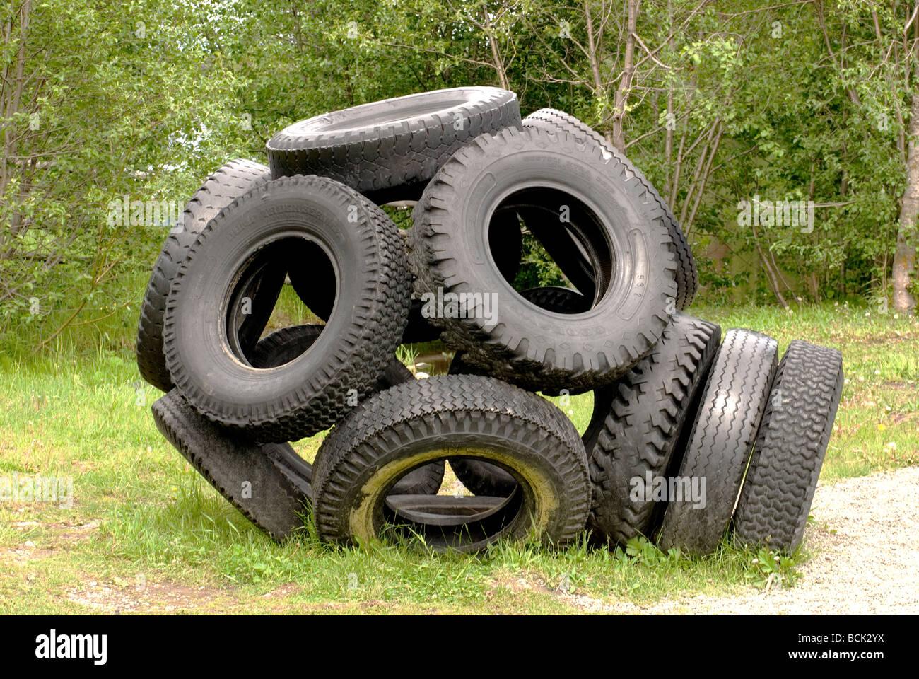Klettergerüst Reifen : Ein klettergerüst gebaut aus alten reifen auf einem spielplatz