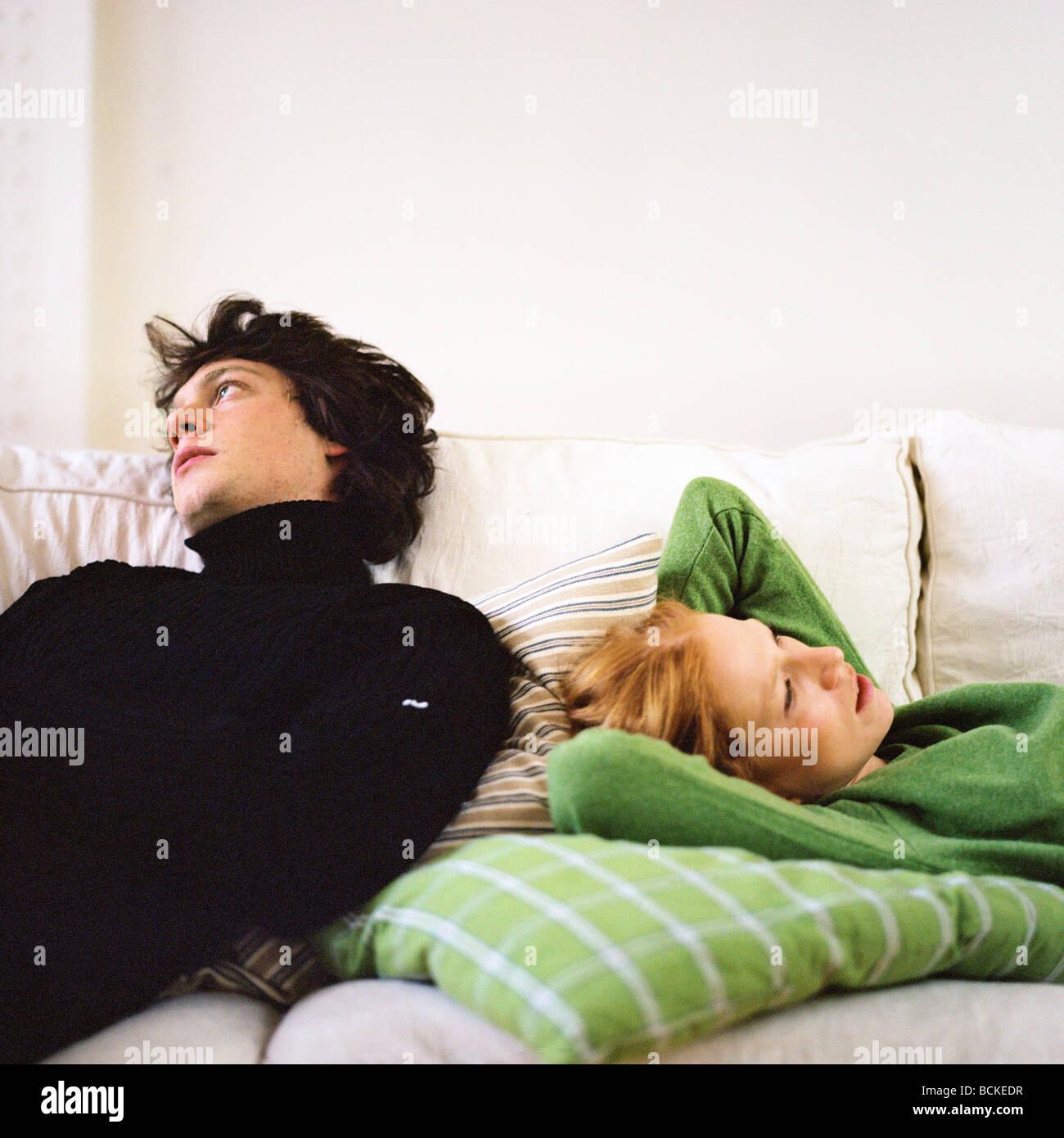 Paar auf sofa Stockfoto