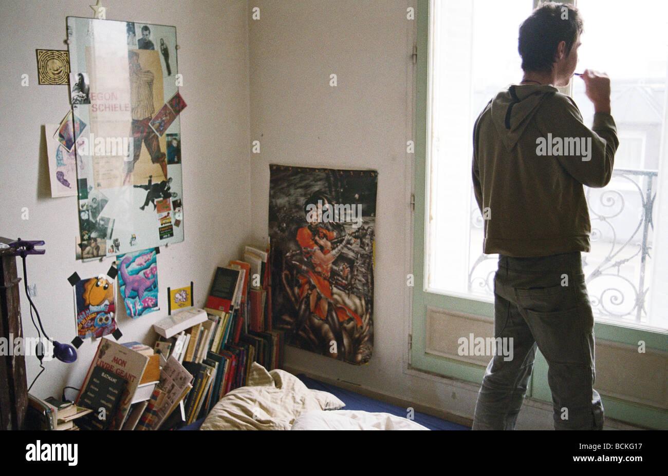 Junger Mann Im Schlafzimmer, Blick Aus Fenster, Sicht Nach Hinten
