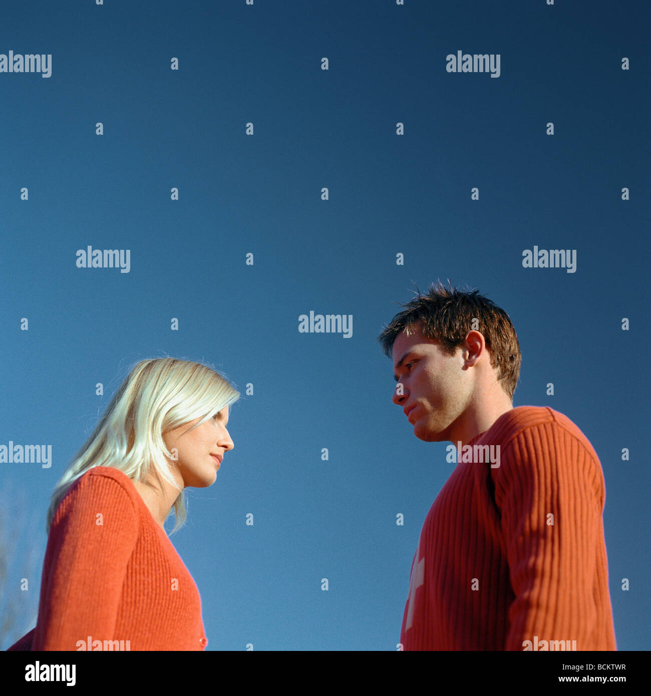 Mann und Frau stehen von Angesicht zu Angesicht, niedrigen Winkel Ansicht Stockbild