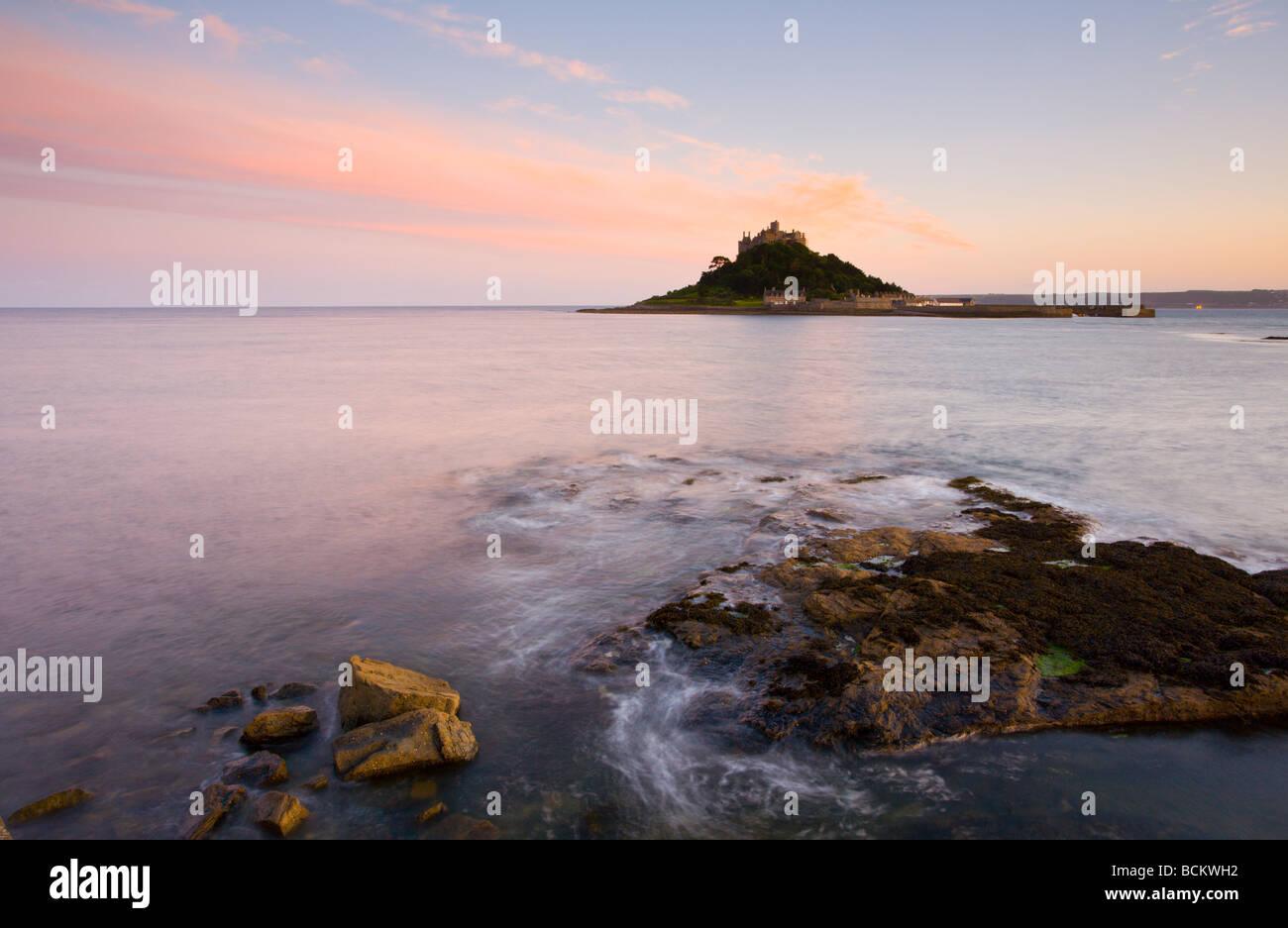 Sonnenuntergang Foto von Marazion mit St Michaels Mount in Cornwall England Großbritannien Abstand Stockfoto