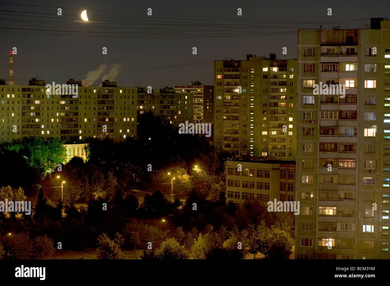 Stadt malerische Panel Wohnungsbau in der Nacht Stockbild