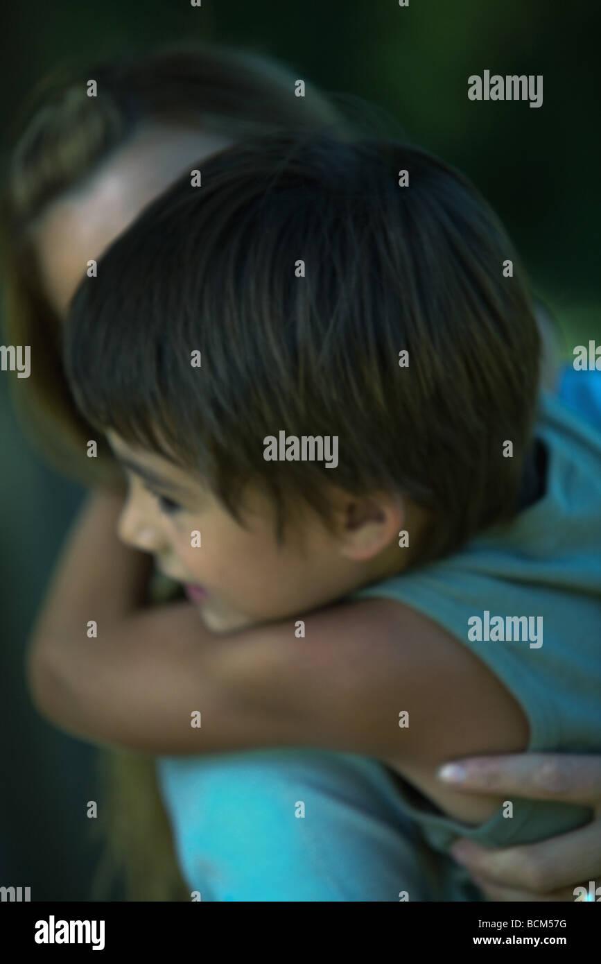 Kleiner Junge umarmt seine Mutter, close-up, unscharf gestellt Stockfoto