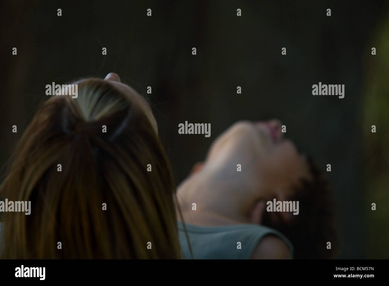 Frau und Kind Kopf nach hinten gelehnt, nachschlagen, unscharf gestellt Stockfoto