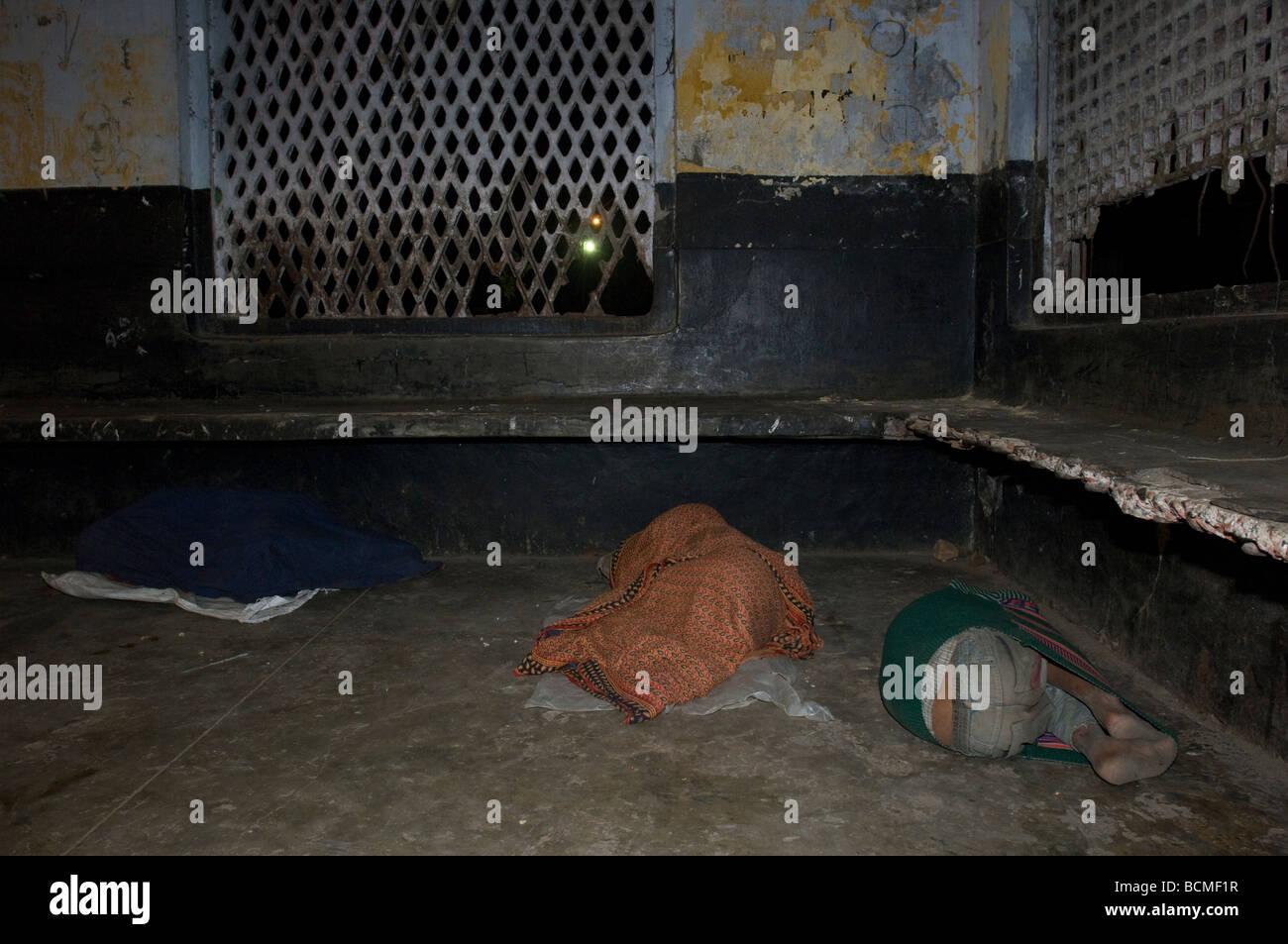 obdachlose menschen schlafen auf boden am bahnhof von khulna bangladesch stockfoto bild. Black Bedroom Furniture Sets. Home Design Ideas