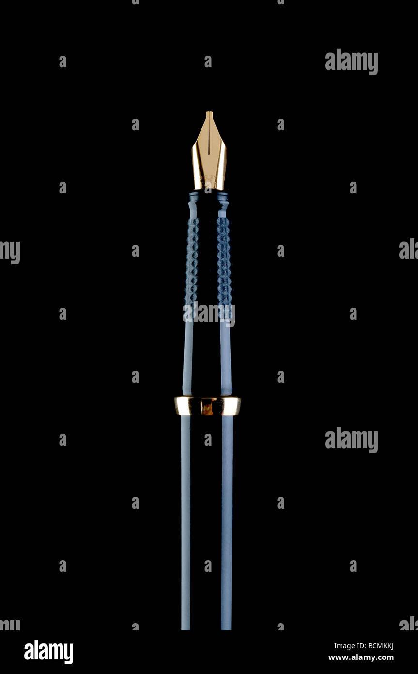 Vertikales Bild von einem schwarzen Füllfederhalter auf schwarz Stockbild
