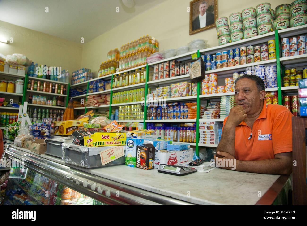 Mann in einem Lebensmittelgeschäft in Tozeur, Tunesien Stockbild
