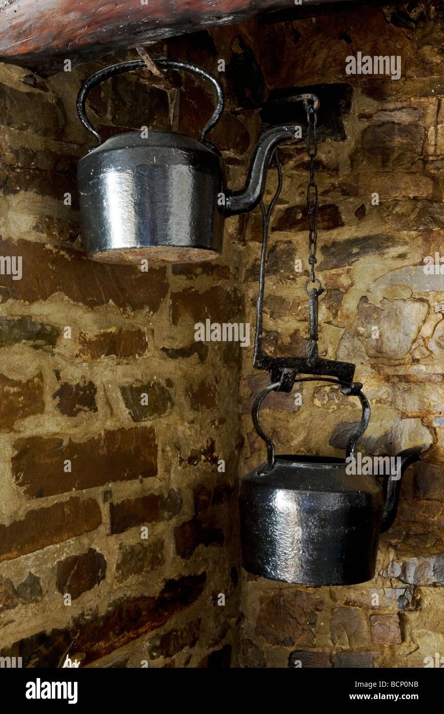2 viktorianische Gusseisen Kessel hängen in ein Inglenook Kamin in ...