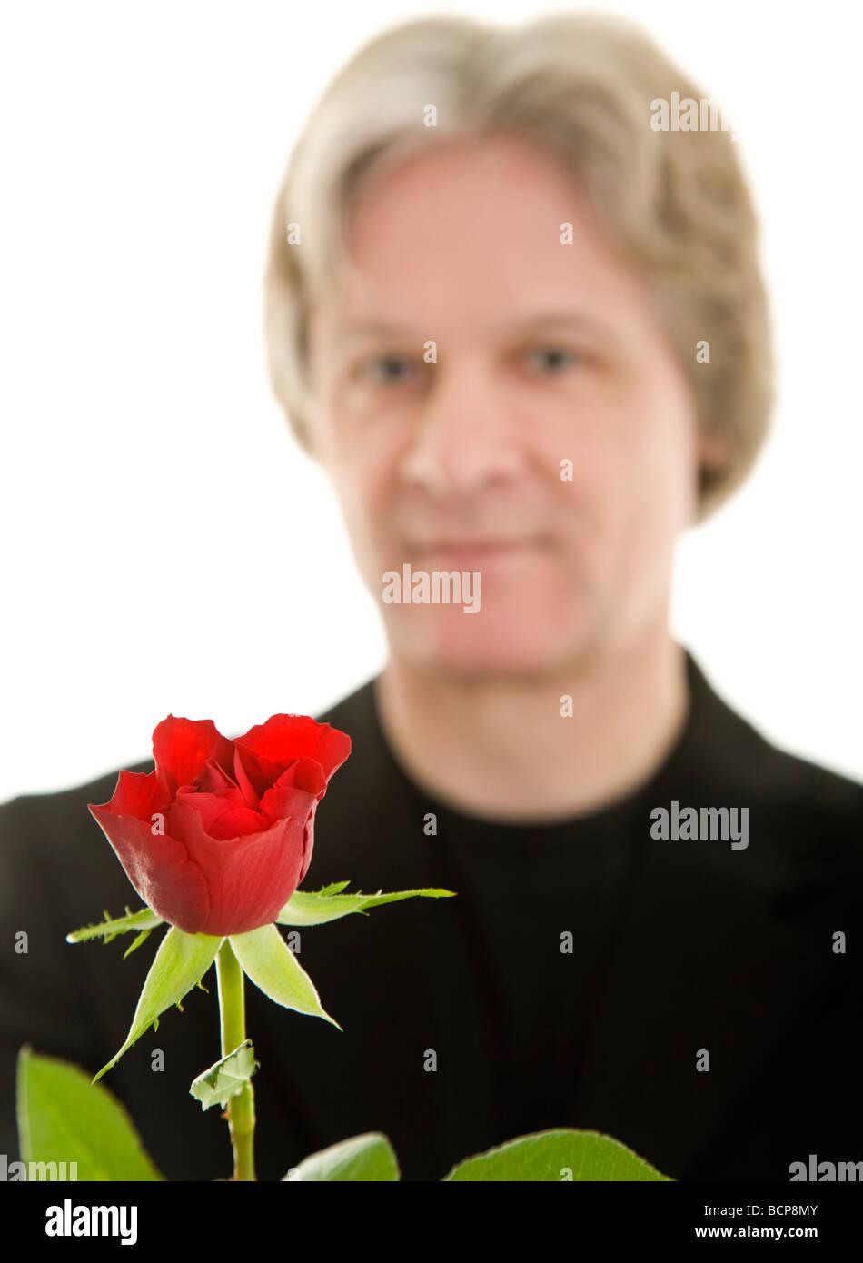 Mann Hält Eine Rote Rose Nach Vorn in Die Kamera Stockbild