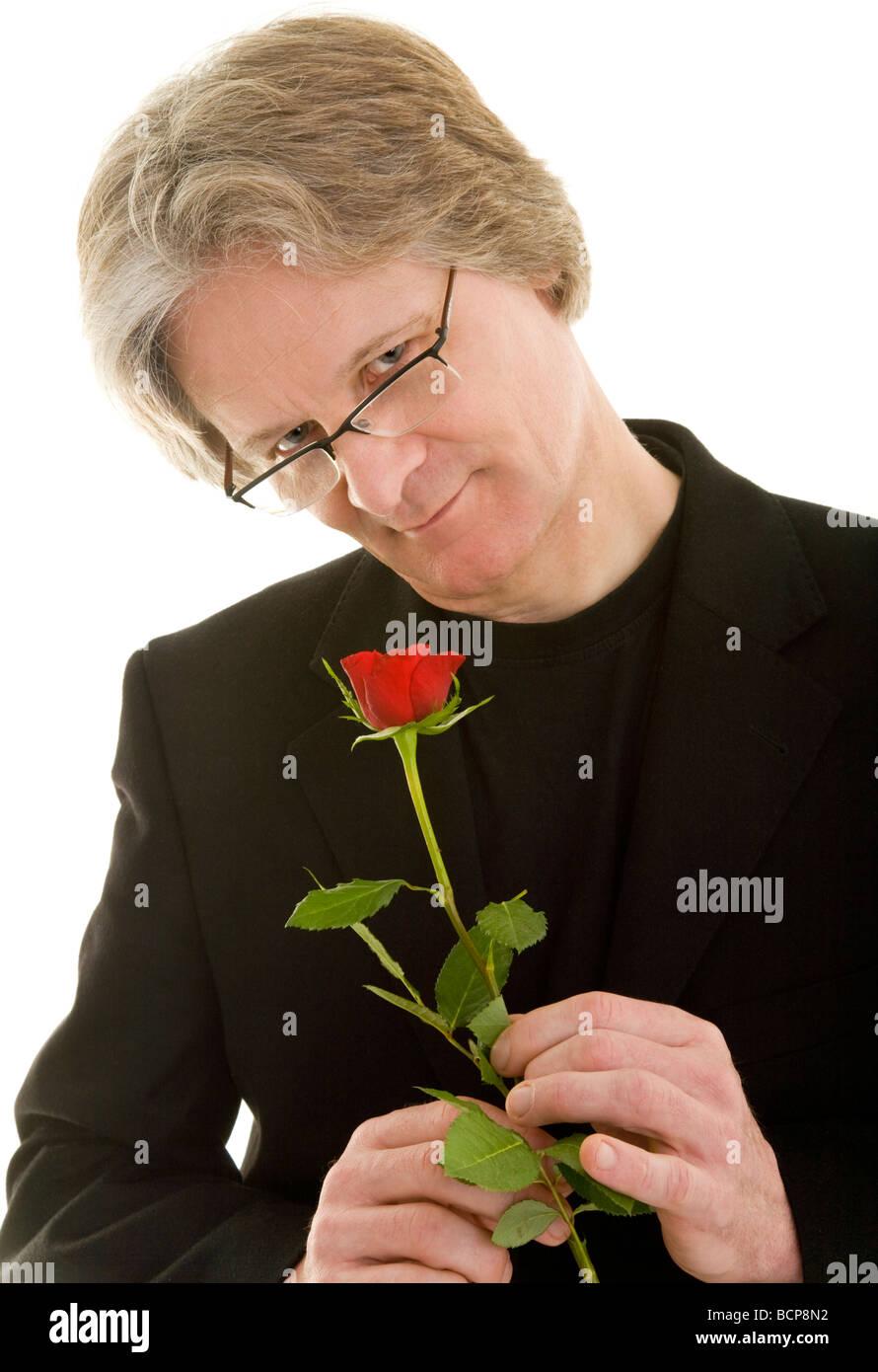 Mann Hält Zärtlich Eine Rote Rose in der Hand Stockbild
