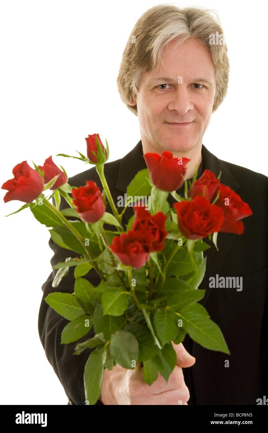 Mann Hält Einen Strauß Roter Rosen Stockbild