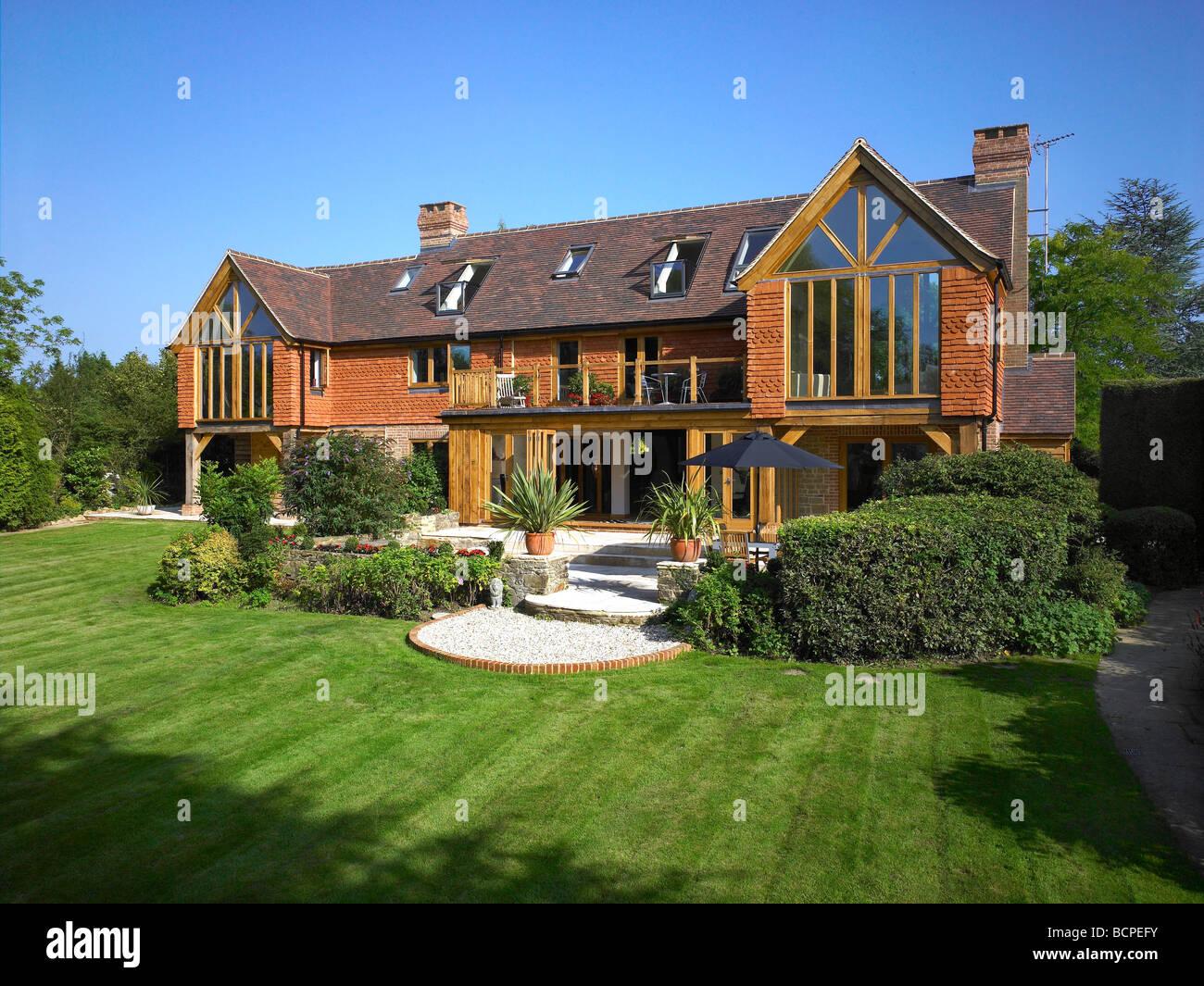 Außen ein großes renoviertes Haus mit \