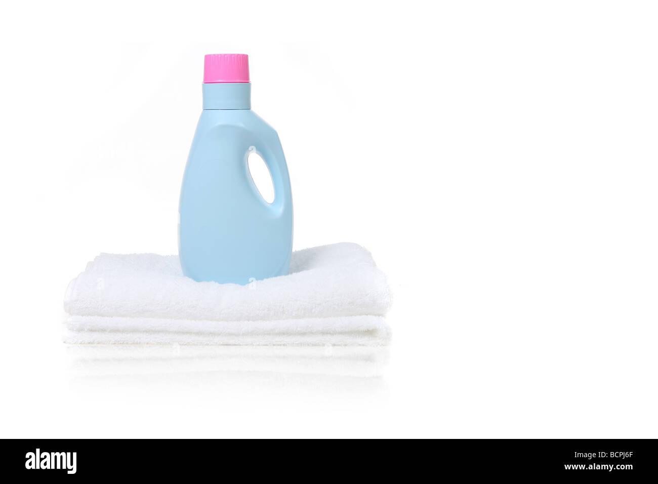 stoff weichsp ler waschmittel beh lter sitzt auf einem wei en handtuch mit textfreiraum gefaltet. Black Bedroom Furniture Sets. Home Design Ideas