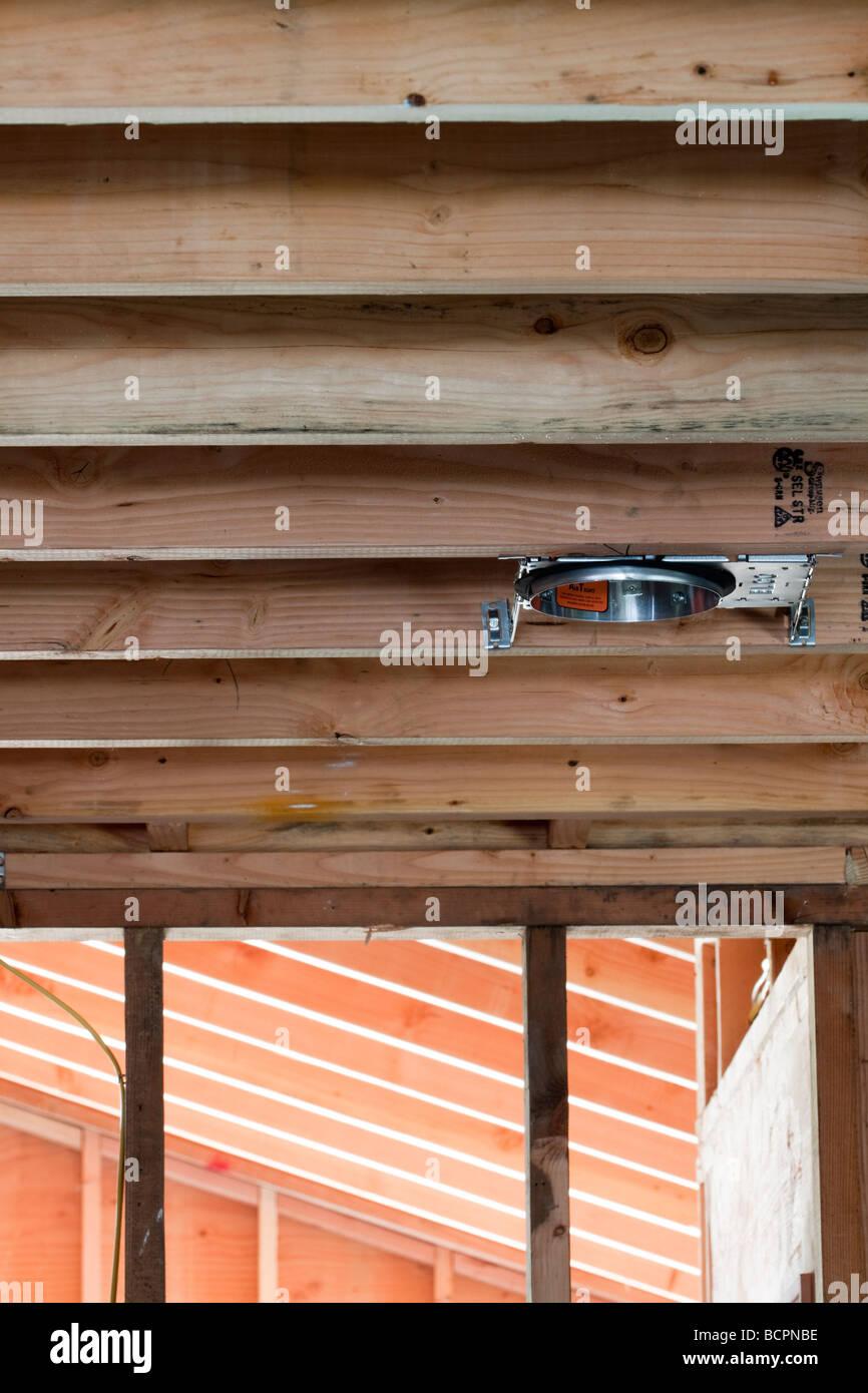 Elektrische Leitungen Wandbolzen durchzieht und eine Verbindung zum Outlet-Boxen im Wohnungsbau-Website Stockfoto