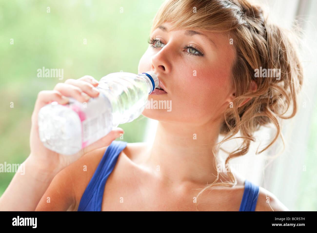 Mädchen trinken Glas Wasser Stockbild