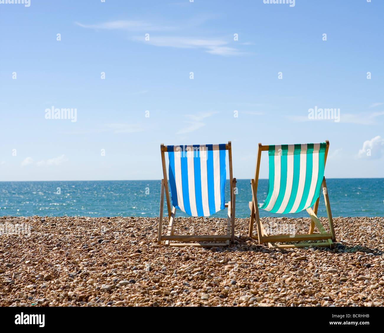 Liegestühle am Strand von Brighton Stockbild