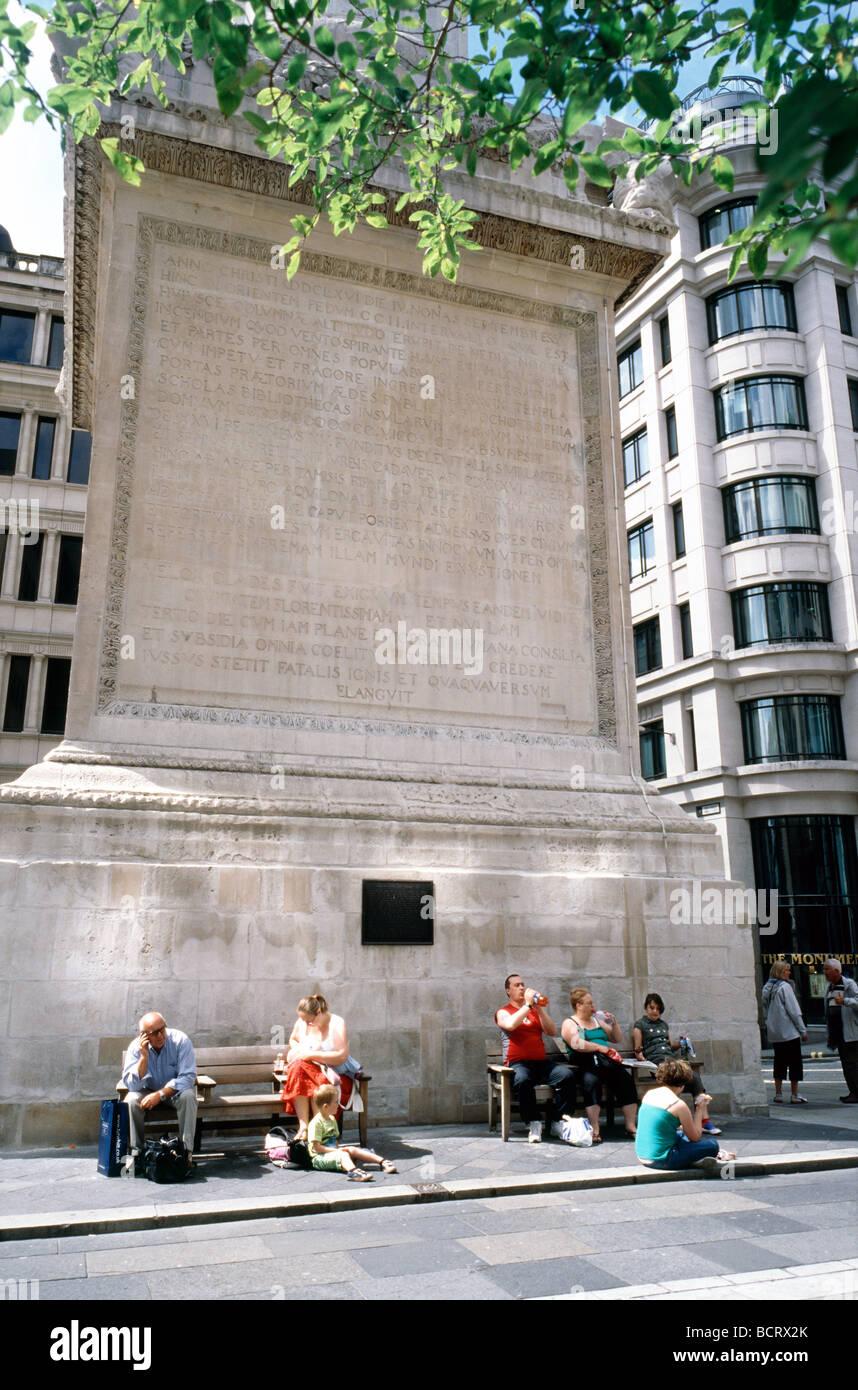20. Juli 2009 - Menschen, die eine Pause am Fuße des Denkmals für den großen Brand von London. Stockbild