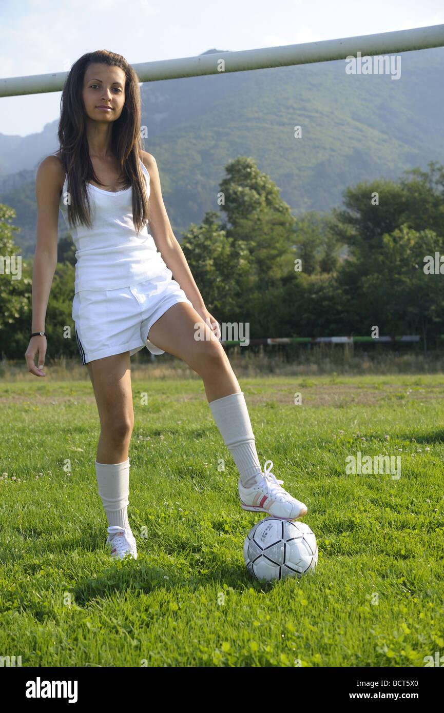 Jung, sexy und sehr dünne Mädchen spielen mit Fußball auf