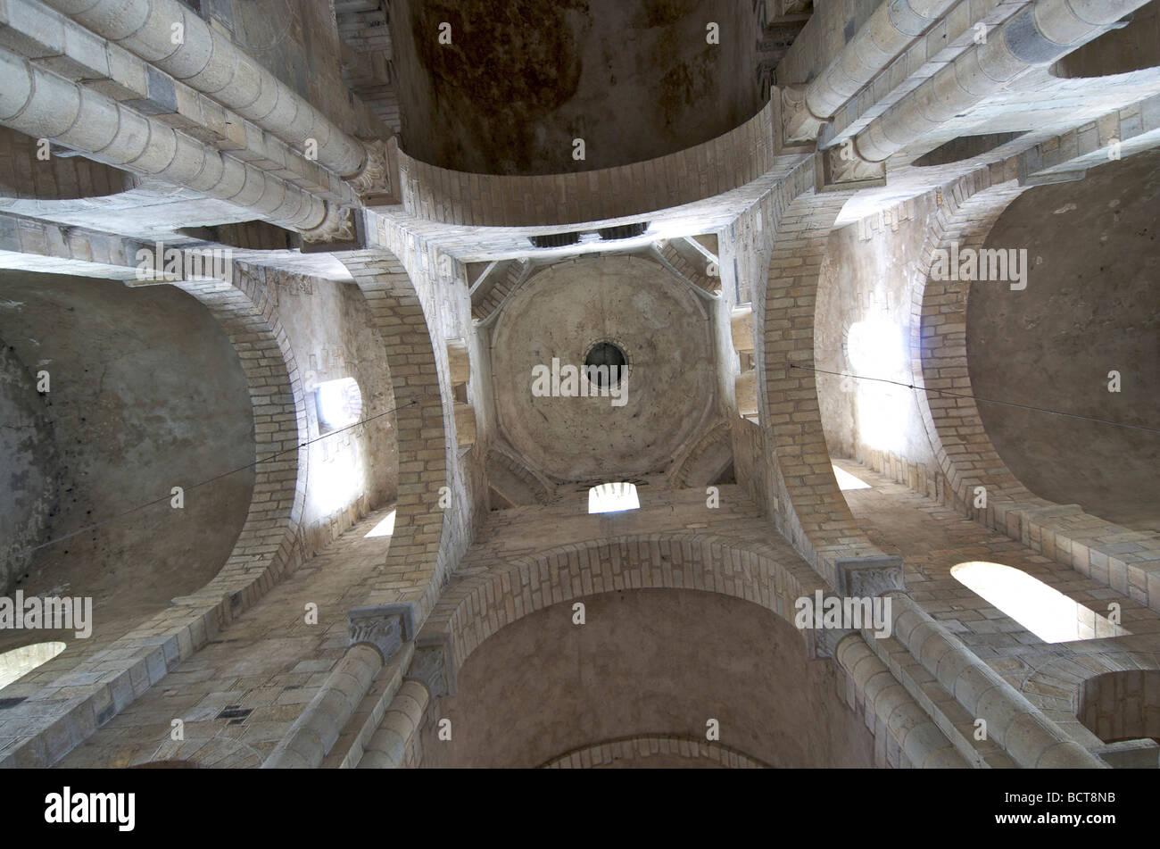 Interieur der romanischen Basilika St. Julien Brioude. Auvergne. Frankreich. Stockbild