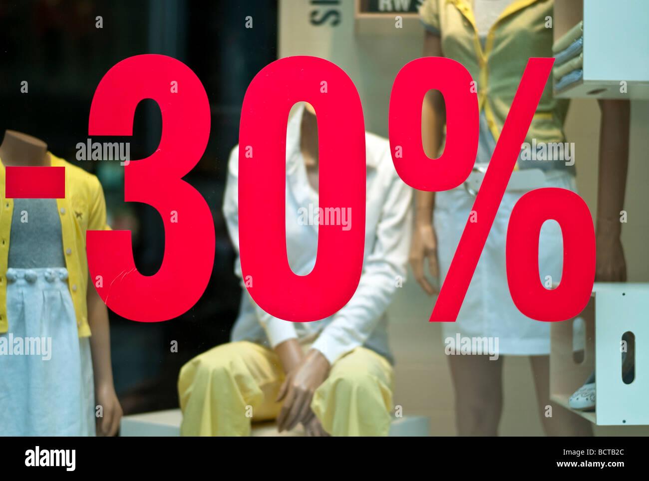 Ein Textilgeschäft Geschäft gewährt einen Rabatt, Frankfurt am Main, Deutschland. Stockfoto