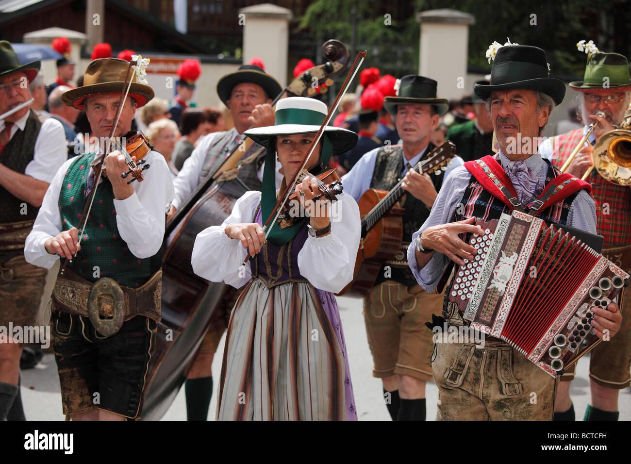 Volkstümliche Bank, Narzissenfest Narcissus-Festival in Bad Aussee, Ausseer Land, Salzkammergut, Steiermark, Stockbild