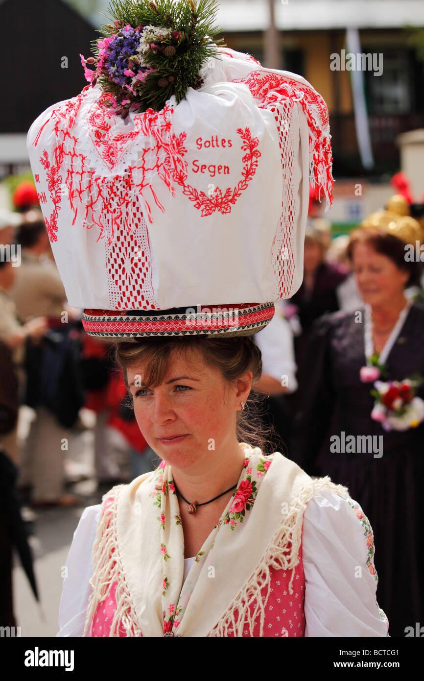 Frau in Tracht aus Gosau in Oberösterreich, Narzissenfest Narcissus-Festival in Bad Aussee, Ausseer Land, Salzkam Stockbild