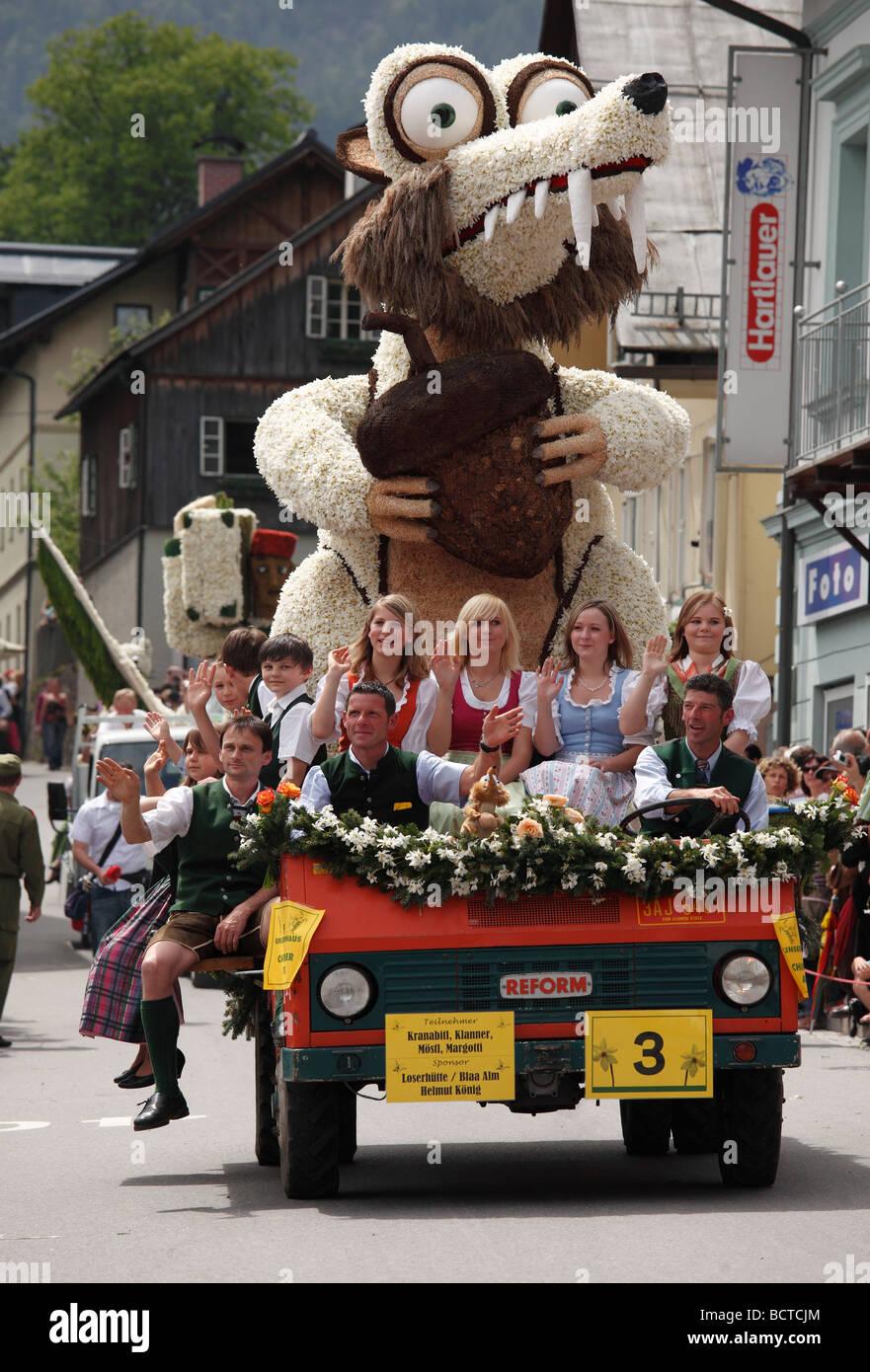 """""""Säbelzahn Eichhörnchen"""", Autoparade mit Charakteren aus Narzissen, Narzissenfest Narcissus Stockbild"""
