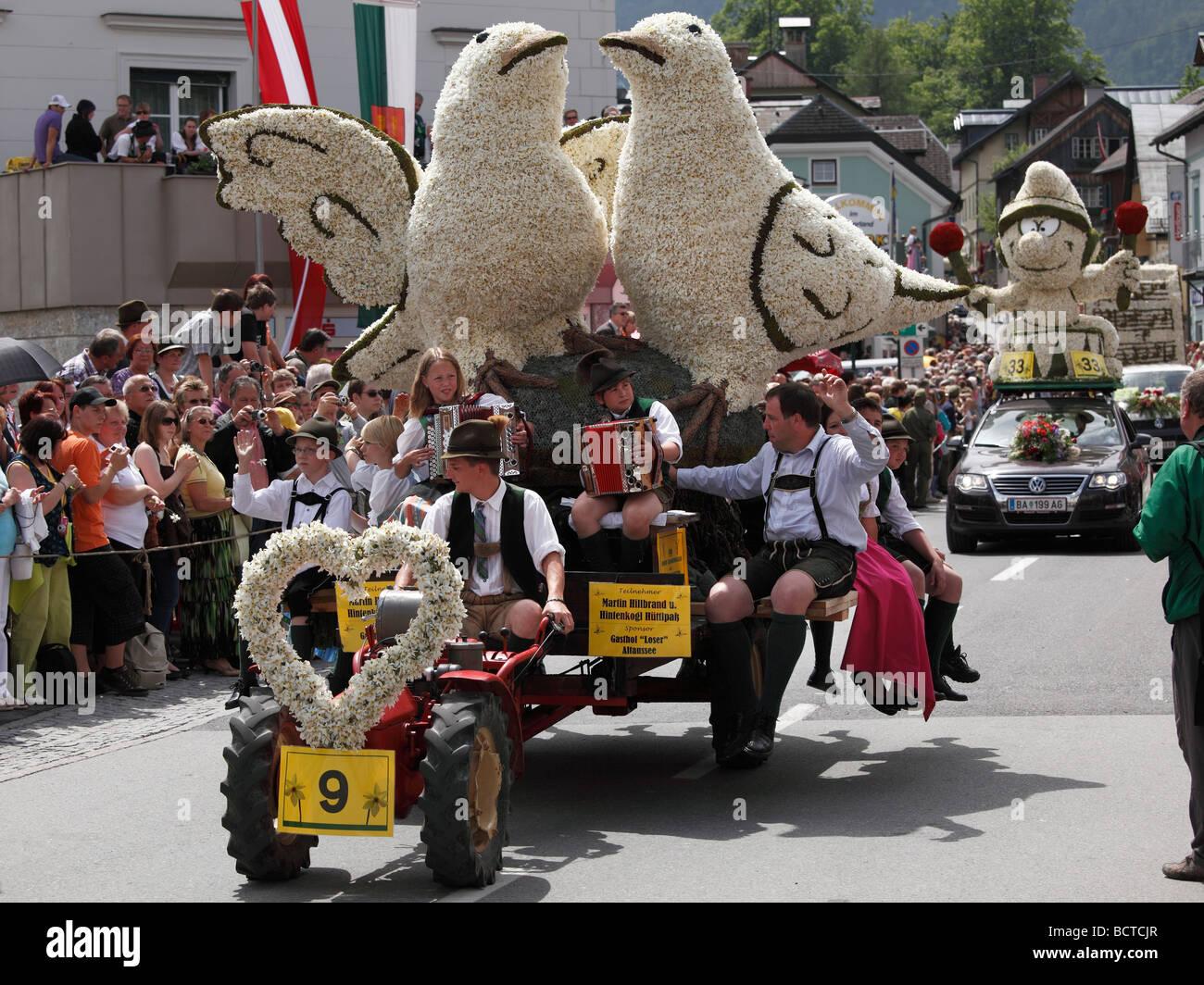 Konvoi mit Figuren aus Narzissen Narzissenfest Narcissus-Festival in Bad Aussee, Ausseer Land, Salzkammergut Bereich, Stockbild