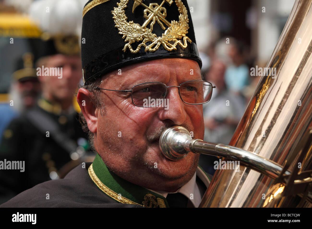 Tuba-Spieler, Narzissenfest Narcissus-Festival in Bad Aussee, Ausseer Land, Salzkammergut, Steiermark, Österreich, Stockbild