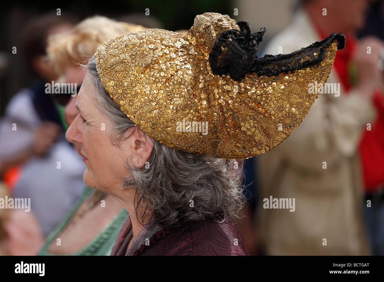 Frau mit einem gold Cap, Narzissenfest Narcissus-Festival in Bad Aussee, Ausseer Land, Salzkammergut, Steiermark, Stockbild