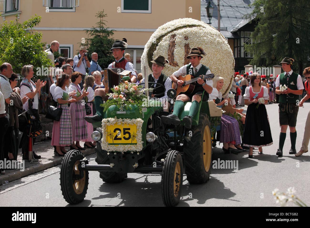 Traktor mit Tennisball aus Narzissen, Narzissenfest Narcissus-Festival in Bad Aussee, Ausseer Land, Salzkammergut Stockbild