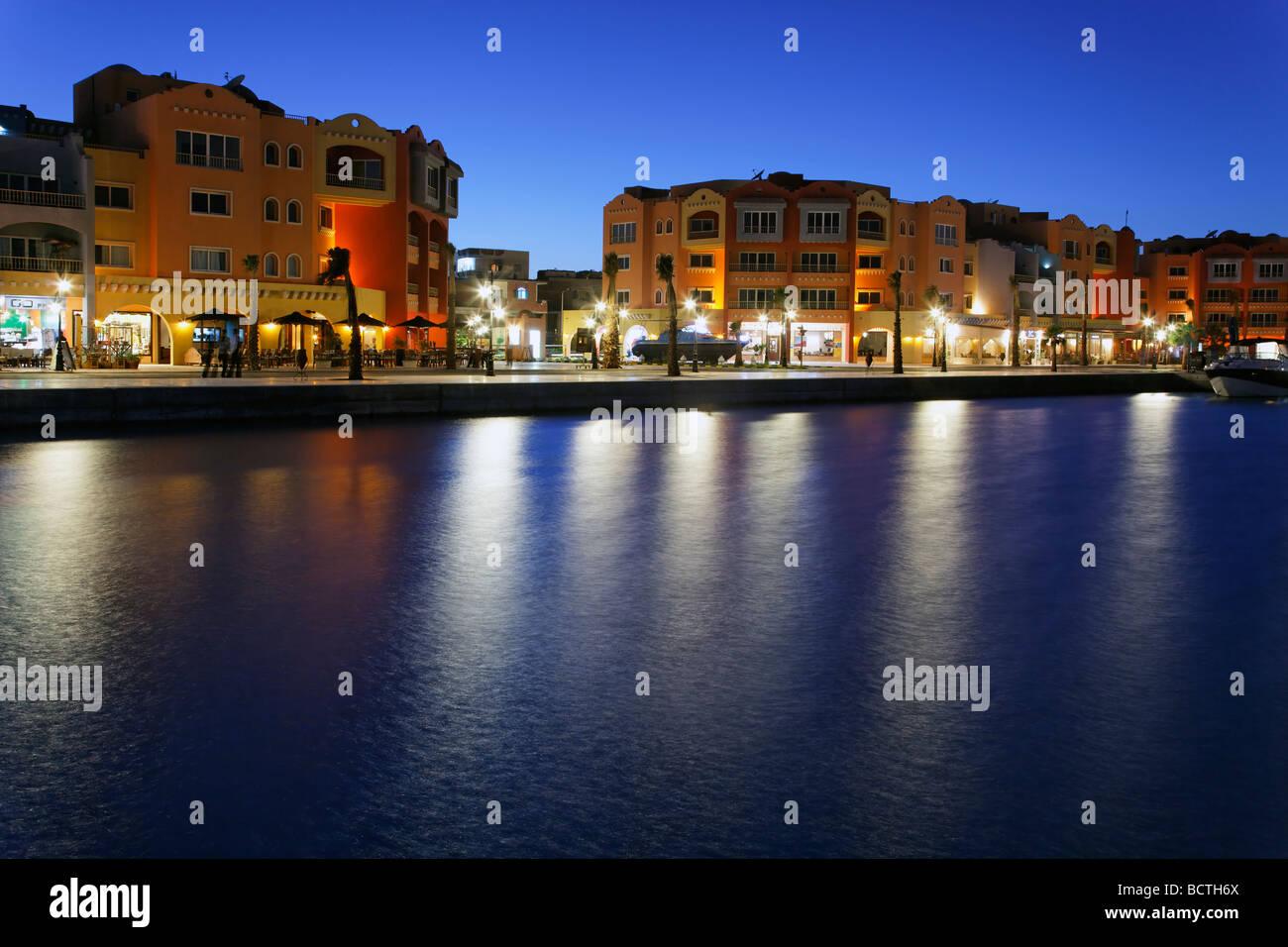 Beleuchtete Häuser mit Restaurants im Yachthafen, Hurghada, Ägypten, Rotes Meer, Afrika Stockbild