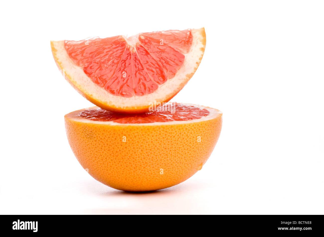 Grapefruit-Scheiben übereinander angeordnet. Stockbild