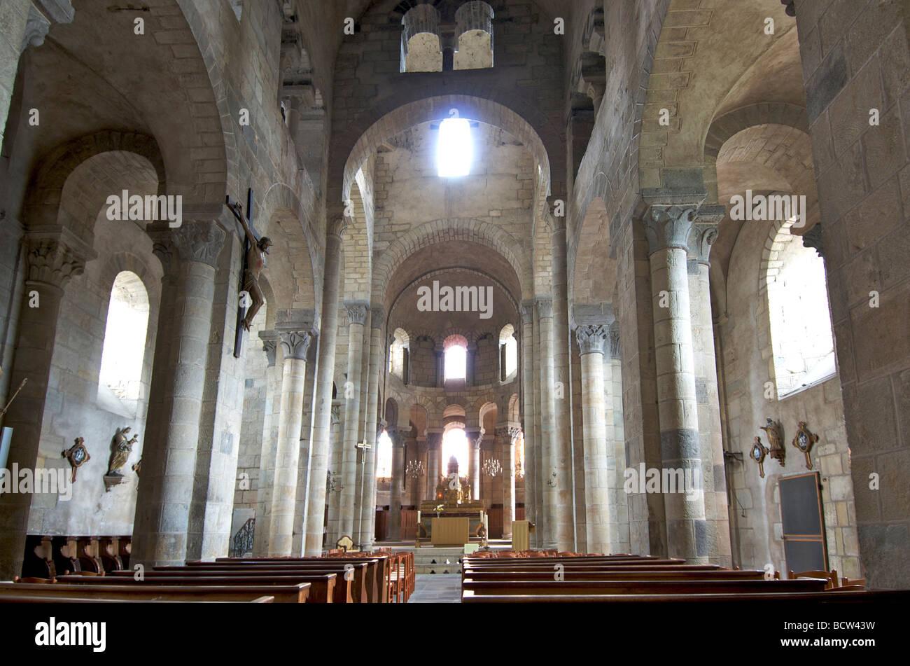Interieur der romanischen Kirche Saint Saturnin.  Auvergne. Frankreich. Stockbild