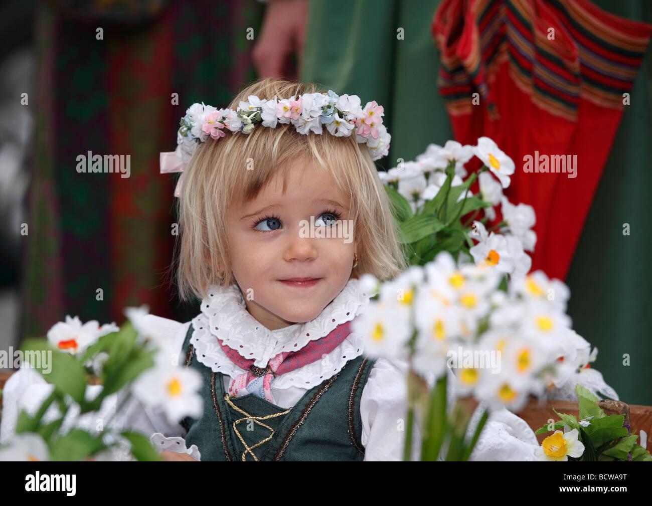 Mädchen mit Blumen Kranz, Narzissenfest Narcissus-Festival in Bad Aussee, Ausseer Land, Salzkammergut Region, Stockbild