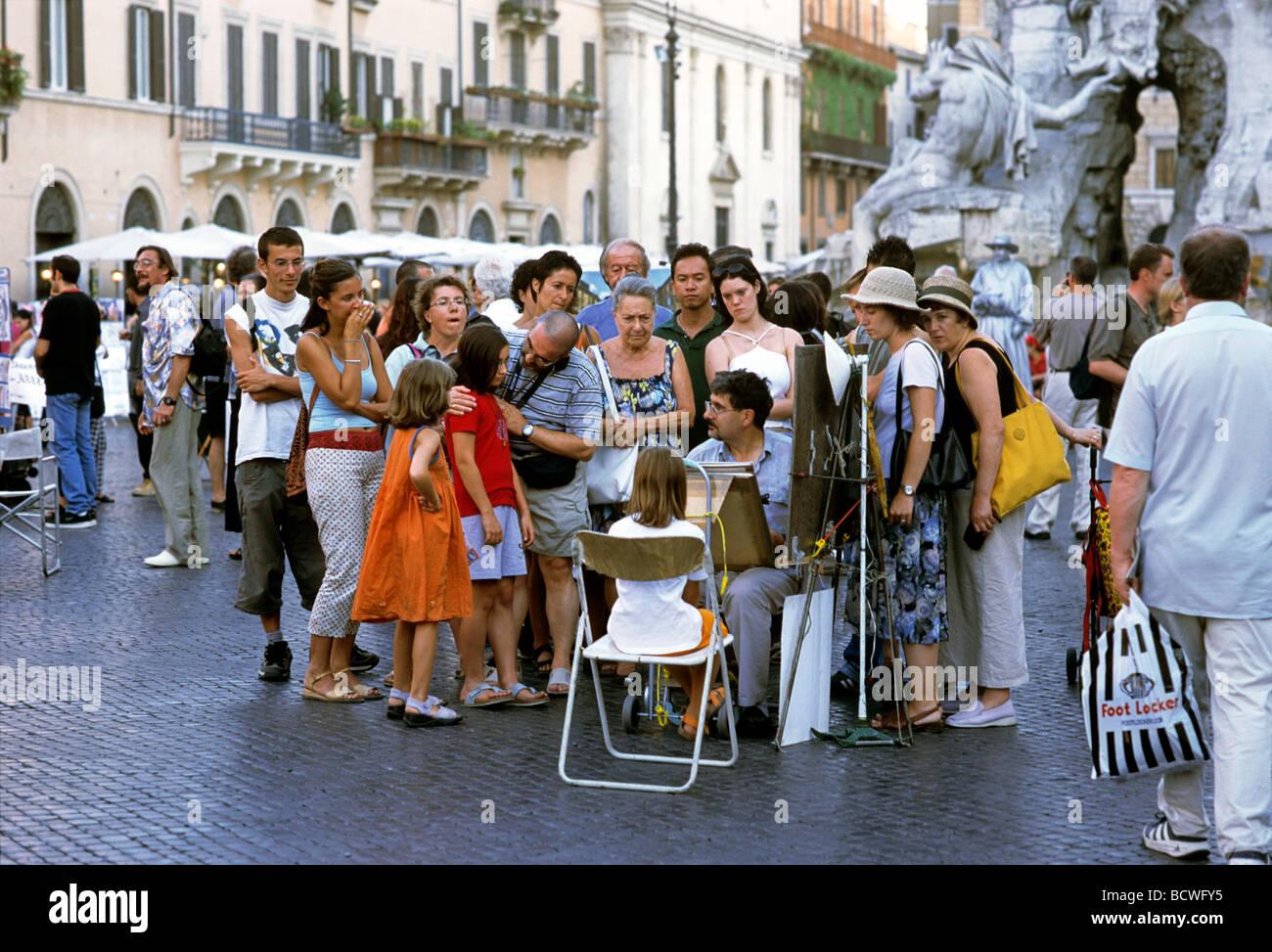 Menschen zeichnen ein Portrait eines Mädchens in einer Gruppe, Piazza Navona, Rom, Lazio, Italien, Europa Stockbild