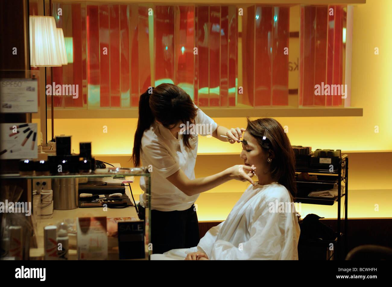 Junge Frau, die immer im Schönheitssalon in Roppongi Hills Central Tokyo Tokyo Gesichts Stockbild