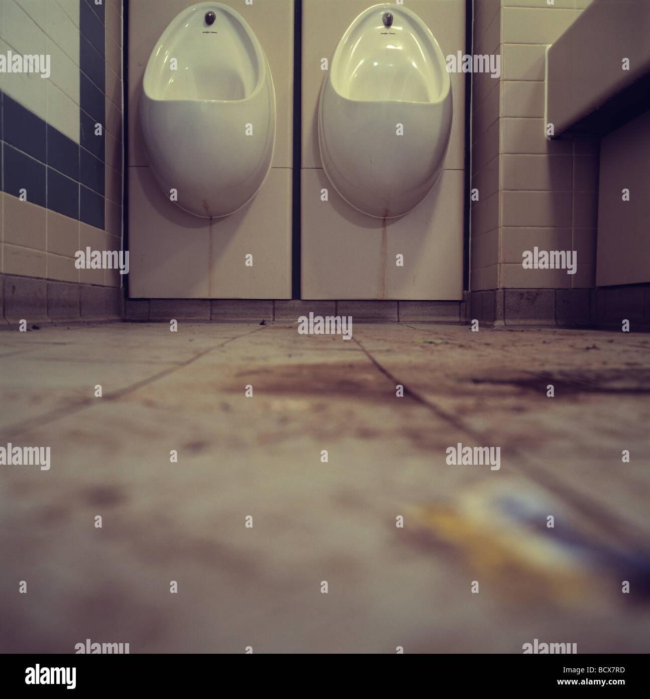 Urinale in schmutziges Badezimmer Stockfoto, Bild: 25163137 - Alamy