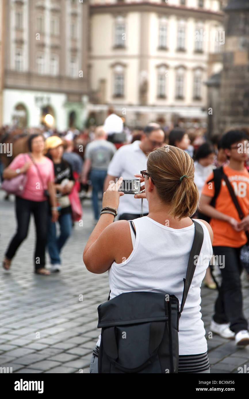 Weibliche Touristen fotografieren am Altstädter Ring in Prag Stockbild