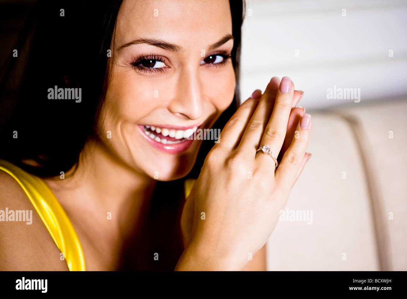 Junge Frau Tragen Verlobungsring Stockfoto Bild 25177113 Alamy