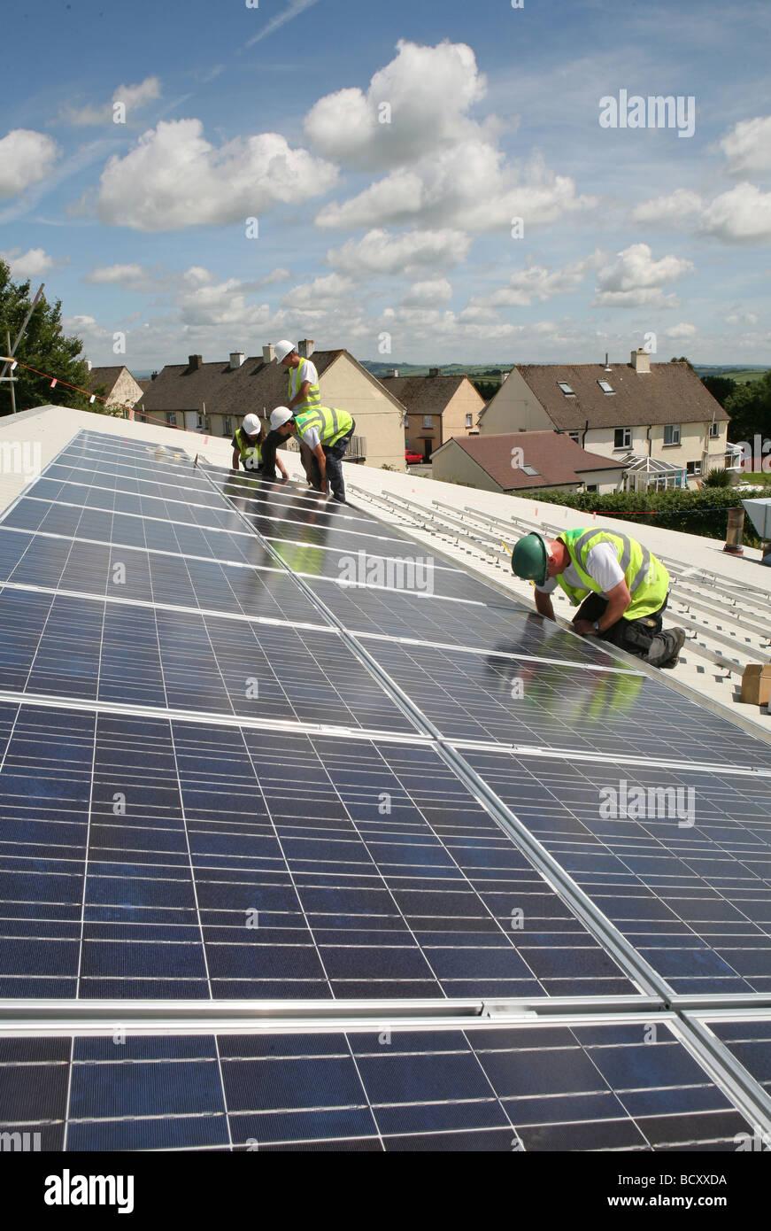 3 Männer installieren Photovoltaik-Zellen Stockbild