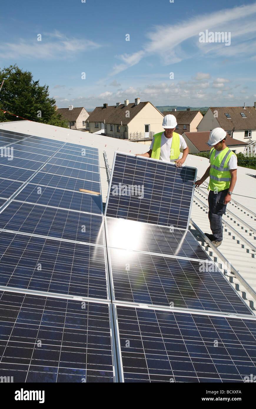 2 Männer installieren Photovoltaik-Zellen Stockbild